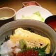"""北海""""活""""料理 函館のタコ・すじこ・卵の三色丼"""