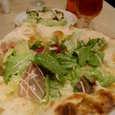 TORATTORIA Porchettaの生ハムのサラダ仕立てのピッツァ