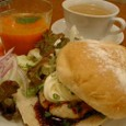CAFFE SOLAREのテリヤキ豆腐バーガーと冷たいスープ