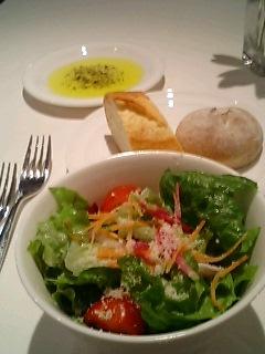 della collinaのセットのサラダとパン
